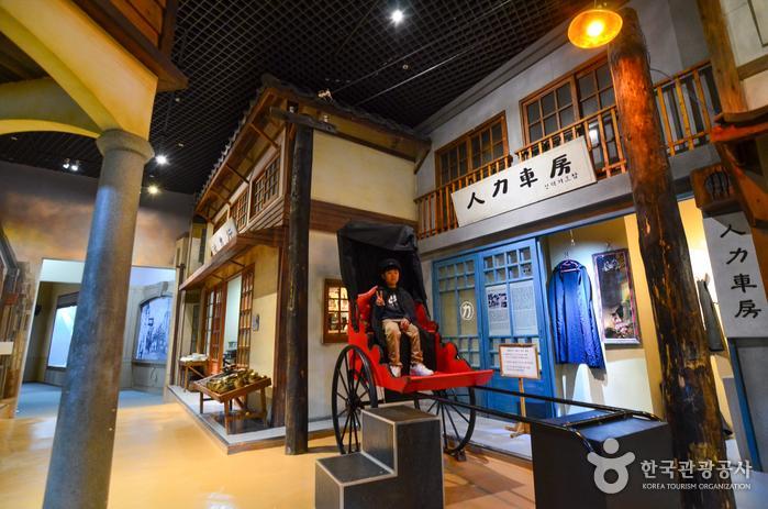 군산근대역사박물관 3층 근대생활관에 재현한 1930년대 군산의 번화가