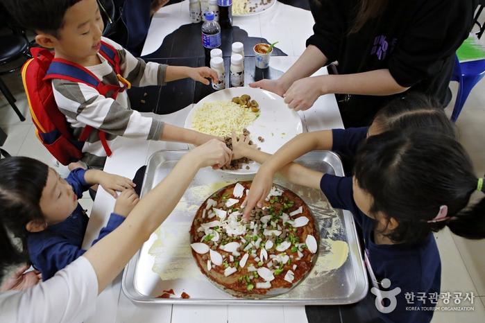 직접 만들어서 먹는 피자 체험은 아이들에게 인기 만점이다.