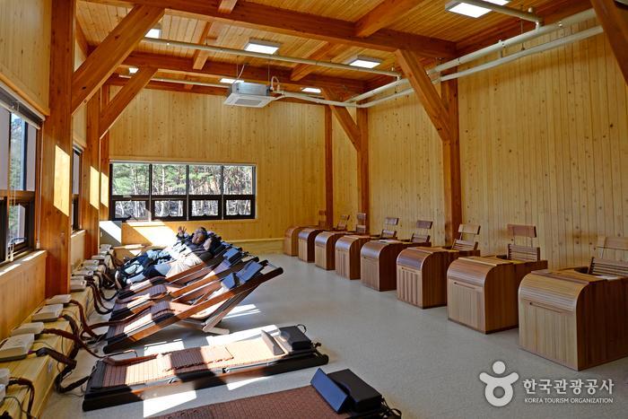 거창항노화힐링랜드의 중심이 되는 산림치유센터 내 온열치료실