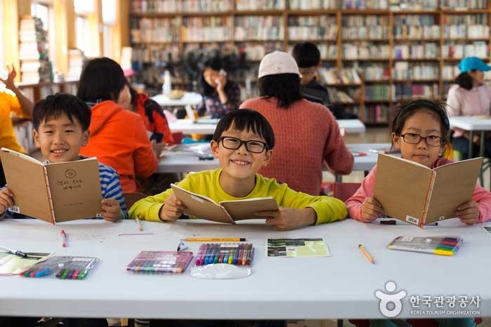 전통 제본 방식인 오침안정법으로 뚝딱, 책을 만든 아이들