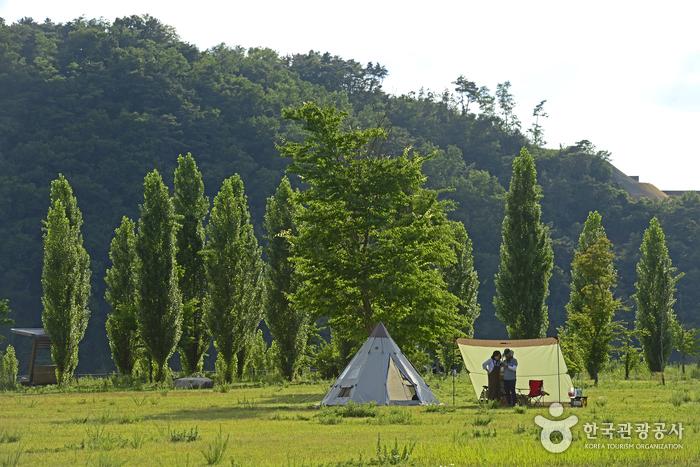 텐트를 치고 휴식을 취하는 백패커