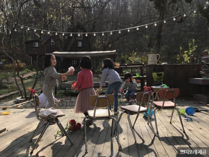정원에서 뛰놀며 미술 놀이를 즐기는 아이들 <사진제공:쁘띠포레 >