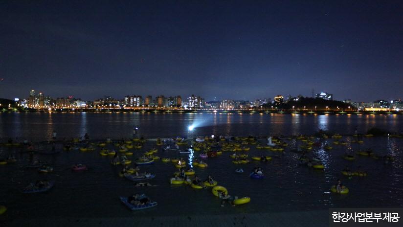 시원한 물놀이와 영화 감상을 동시에 즐기는 '시네마퐁당' <사진제공 : 한강사업본부 >