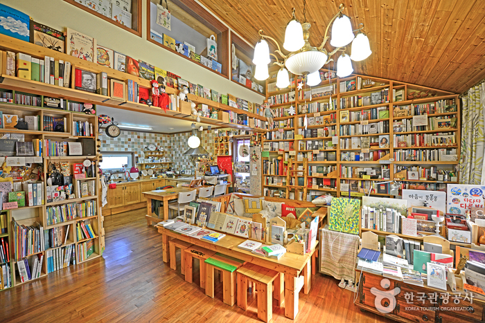 3000여 권의 책이 진열된 거실