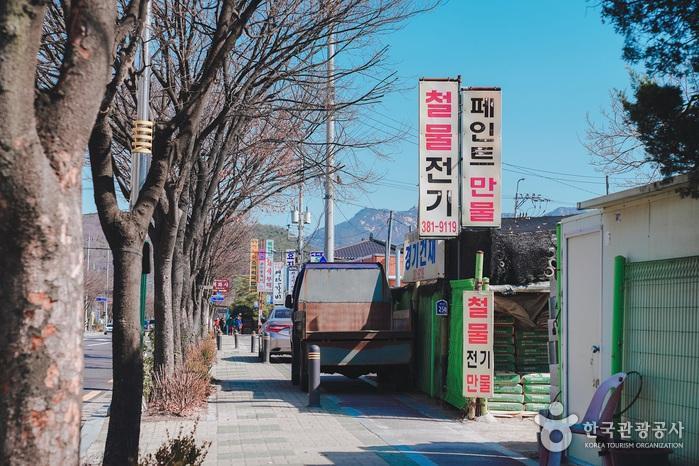 큰 도로가 옆으로 식당들이 즐비해있다.