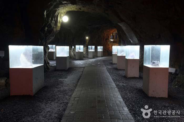 자수정 원석을 전시한 자수정전시관