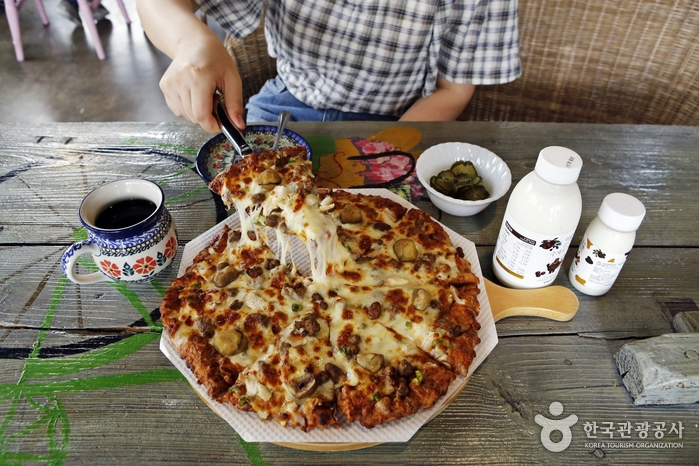 2층 카페에서 여유롭게 맛보는 수제 피자
