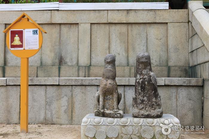 한쌍의 고양이 석상이 사람들을 반긴다