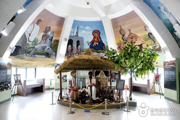 에티오피아한국전참전기념관 2층 풍물전시실은 에티오피아의 커피 문화를 중심으로 꾸몄다.