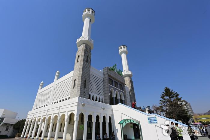 한국이슬람교 서울중앙성원은 우사단길의 랜드마크다.