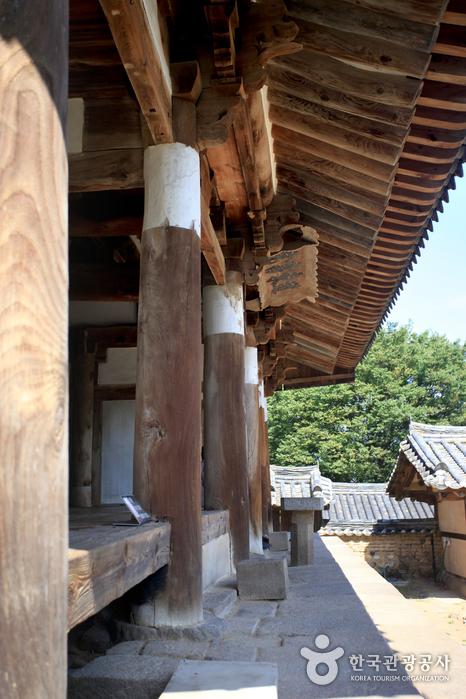 중정당 기둥에 두른 상지는 동방5현의 가장 웃어른을 모신 서원이라는 표시다.