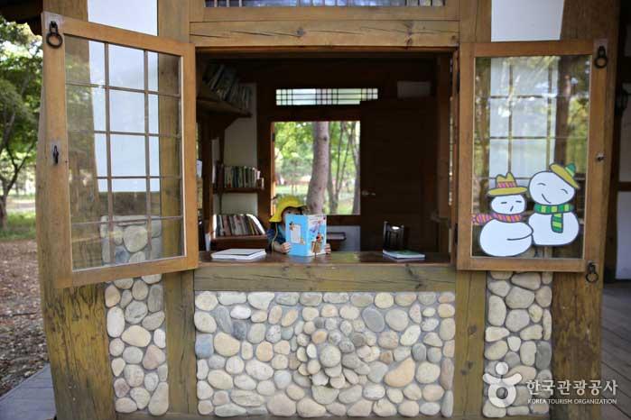 남이섬 곳곳에 책을 읽을 만한 공간이 있다