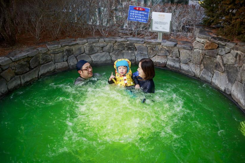 덕구온천리조트 노천탕에서 온천욕을 즐기는 가족