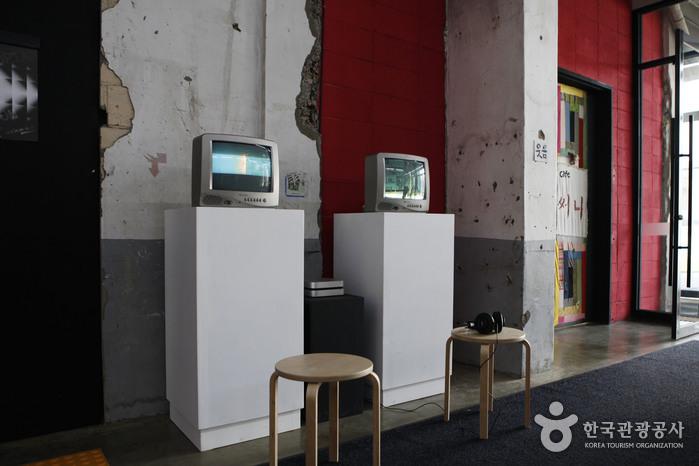 비디오아트와 낡고 깨진 벽의 대비