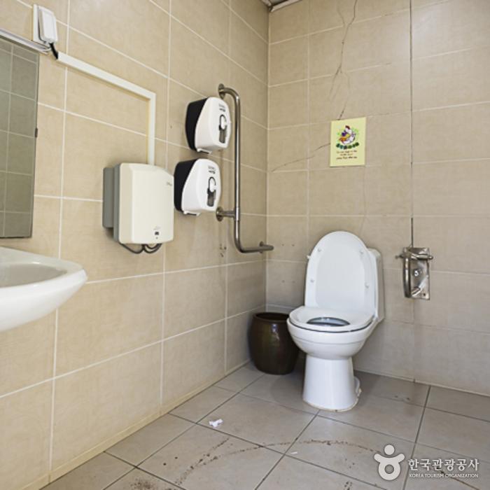 나미공예원 건물에 있는 장애인화장실 내부
