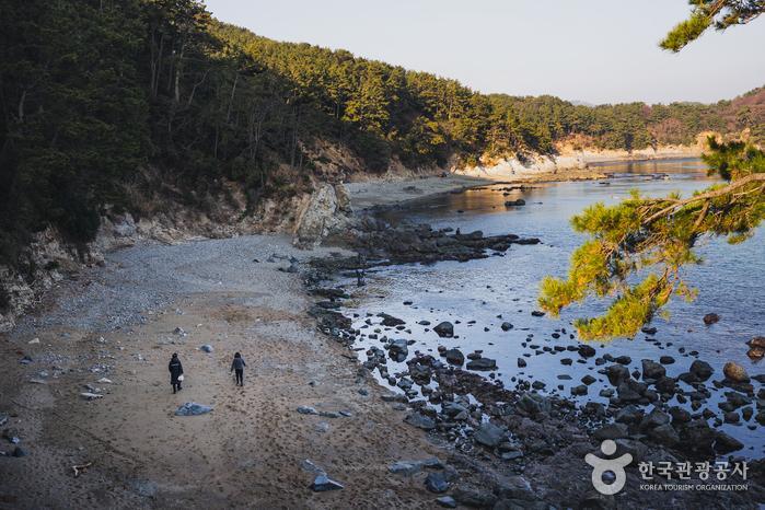 첫 번째 전망대로 가기 전 왼편으로 자갈로 이뤄진 아름다운 해변을 감상할 수 있다