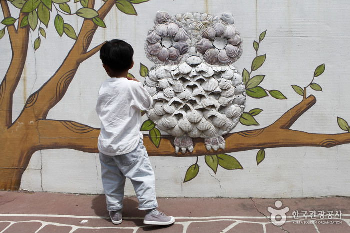 가리비 껍데기로 꾸민 정거마을 부엉이 벽화