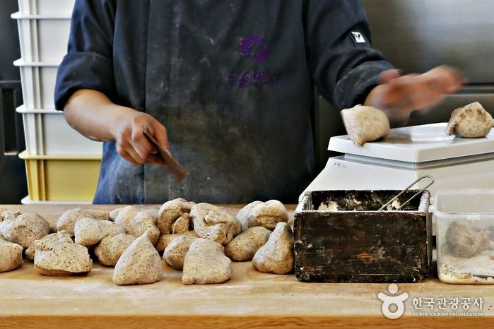일정 양만 그때그때 반죽해 신선한 빵을 만든다.