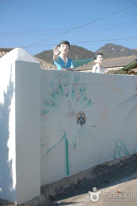 아이디어가 돋보이는 벽화마을의 모습