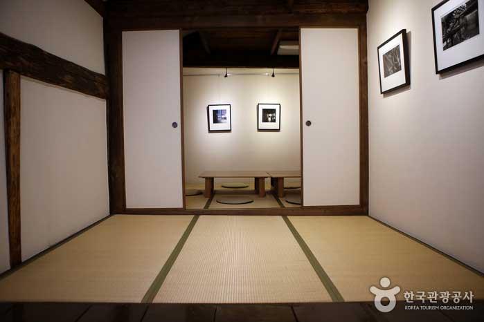 흑백 사진이 걸린 2층 다다미방