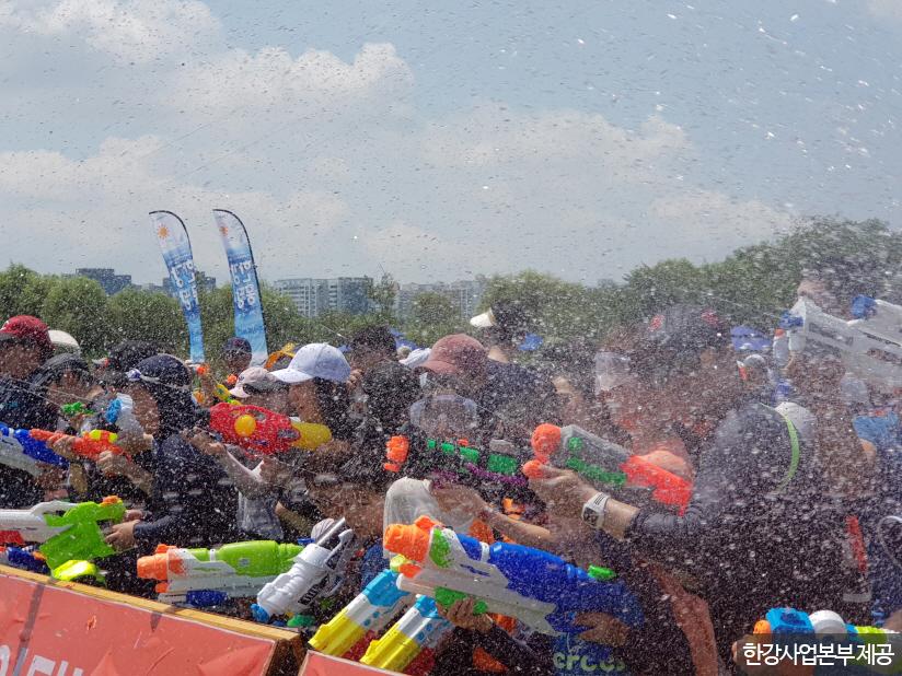 한강몽땅 여름축제의 대표 축제인 '한강워터피크닉-물싸움축제' <사진제공 : 한강사업본부 >