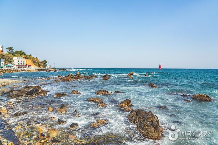 해안선을 따라 솟아오른 기암괴석들과 파도, 짙푸른 바다가 한데 어우러지며 장관을 연출한다.1