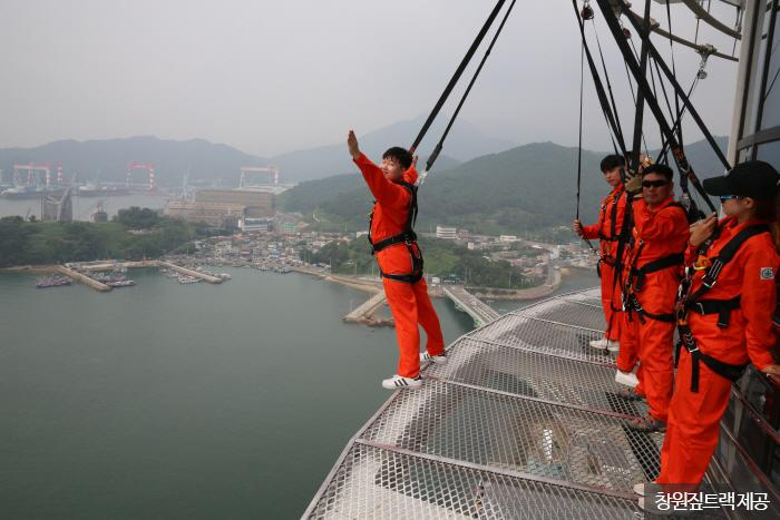 높이 94m 타워 바깥의 가장자리를 걷는 엣지워크 <사진제공:창원짚트랙 >