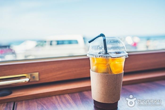 어달해변에서는 감성적인 카페를 쉽게 만날 수 있다. 옛날을 떠올리며 다시 한번 주문한 아이스아메리카노2