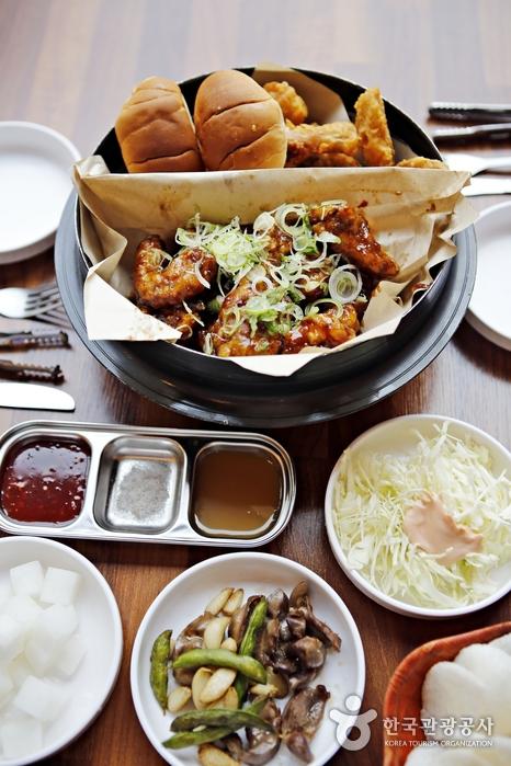 후라이드, 왕갈비통닭, 모닝빵이 어우러진 반반 메뉴