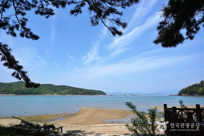 소록도는 그림 같은 해변으로도 유명하다.