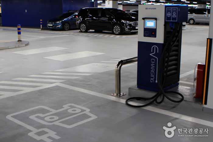 지하주차장에 설치한 무료 충전기