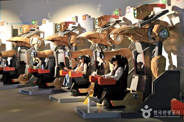 미래의 주거 생활, 미래의 학교 등을 볼 수 있는 가상현실 시뮬레이터
