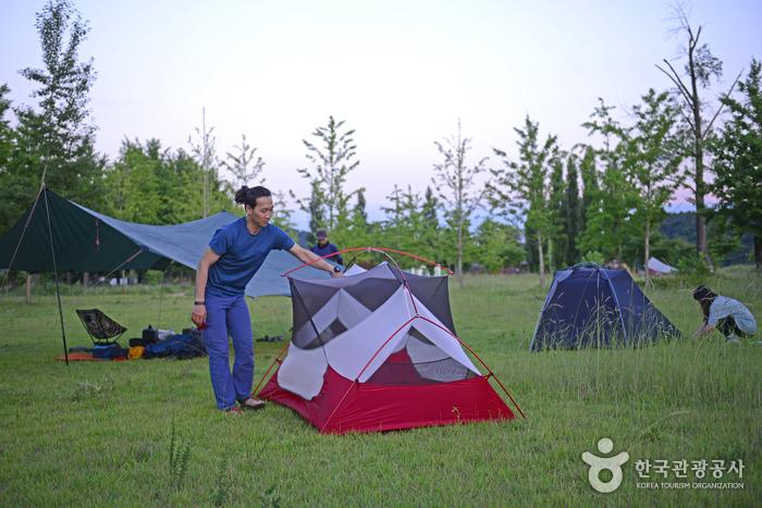 텐트를 설치하는 김현일 크루