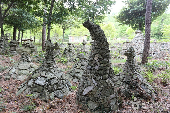 각양각색 돌탑이 볼거리를 더한다.