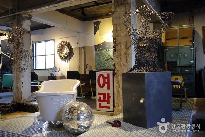 욕조, 바가지 등 목욕탕 콘셉트의 소품이 곳곳에 놓여 있다.