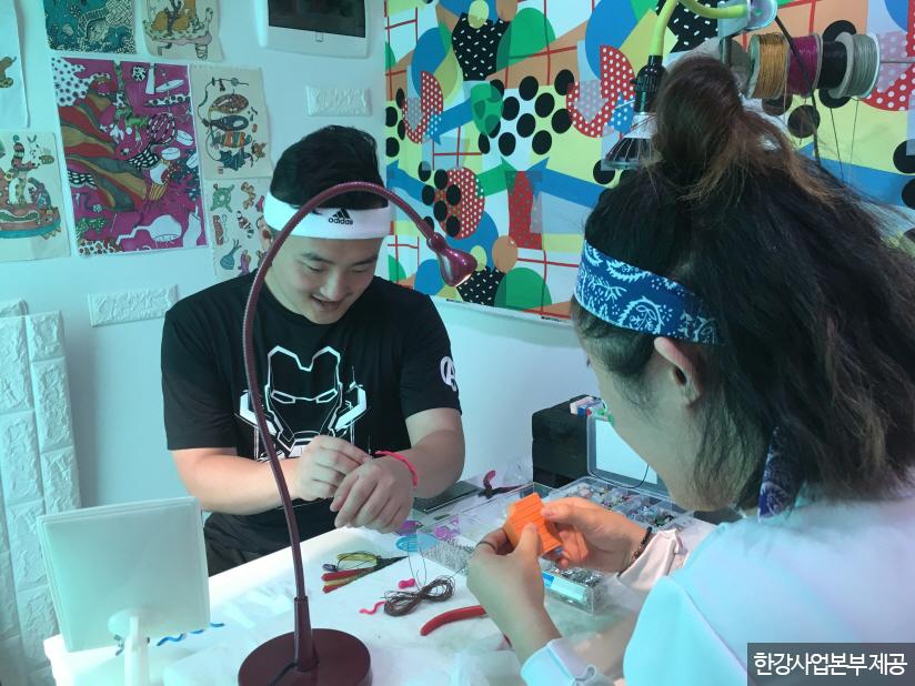 예술 테라피 프로그램 중 하나인 장신구 만들기 체험 <사진제공 : 한강사업본부 >