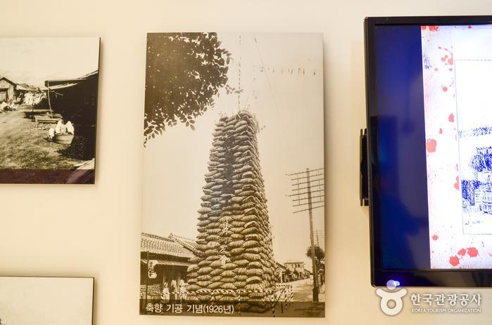 군산항 축항 공사를 기념하며 쌓은 쌀가마니를 찍은 사진이 군산근대건축관에 있다.