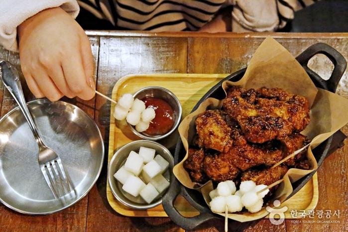 조롱이떡과 딸기잼을 곁들인 춘천닭갈비치킨