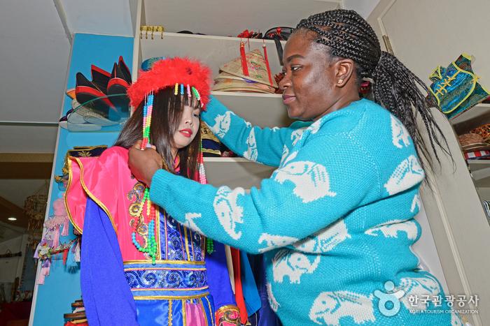 안산시세계문화체험관에서 전통 의상 체험을 하는 관광객