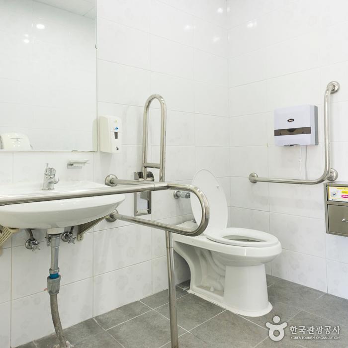 메인 주차장 장애인화장실