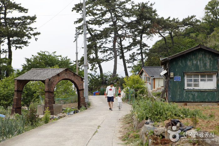 옛 우물과 외양포 마을 전경