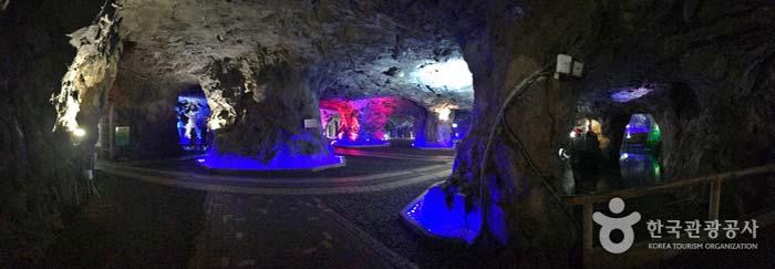 출구에서 바라본 자수정 동굴 내부 모습
