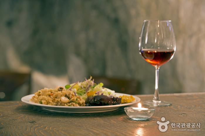 까브만의 와인 '쿼츠'는 병이 아닌 잔으로도 즐길 수 있다.