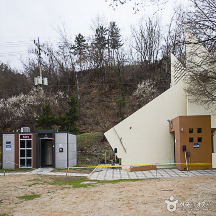 의암공원 장애인화장실(오른쪽 건물) 외부