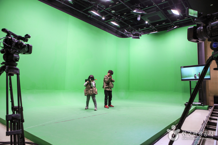 에코스튜디오에서 특수촬영 기법을 체험하는 어린이