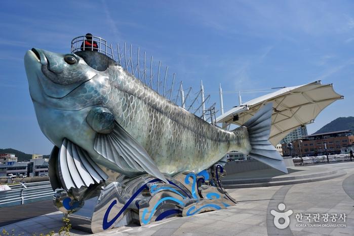 녹동 바다정원의 거대한 물고기 모양 전망대
