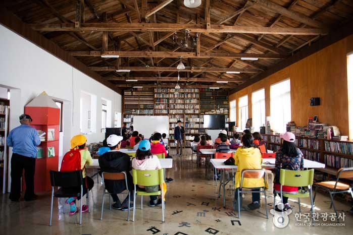 책으로 가득한 책마을해리의 메인 공간 '책숲시간의숲'