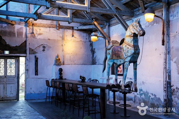 빛바랜 문을 열고 들어가면 예술적 가치와 흘러간 세월이 공존하는 독특한 공간이 펼쳐진다.