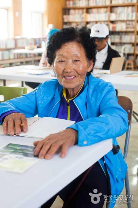 책을 처음 만들어보는 김종자 할머니의 미소