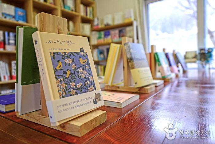 300여 권의 책이 진열돼 있다.
